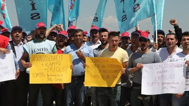 solidarity photos from TUMTIS Workers