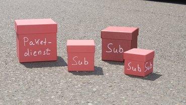 Rote Pakete mit Aufschriften: Paketdienst, Sub